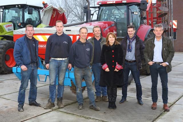 Loonwerkers met Burgemeester en Wethouders door bernheze, januari 2015
