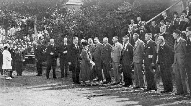 Dagelijks bestuur 1946 ontmoet koningin Wilhelmina.jpg